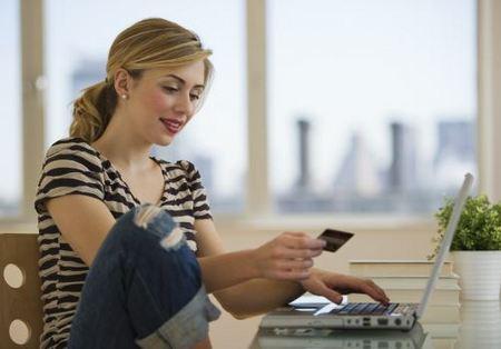 Красивая девушка оформляет онлайн кредит